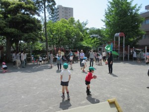 園庭での親子での自由遊び風景です。