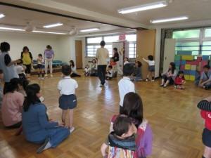 わらべ歌遊びの先生の指導により親子で楽しんでいます。