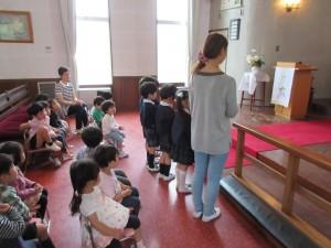 東日本大震災を覚えて年長さんが代表して献金をします。