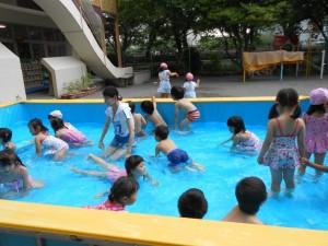 さくら組さんの初泳ぎです。