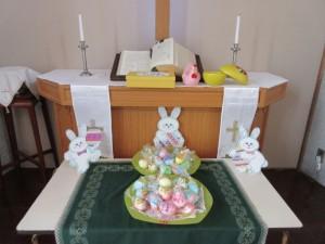 祭壇に飾られたイースターエッグです