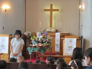 礼拝堂の祭壇に持って来てくれた花を飾って礼拝です