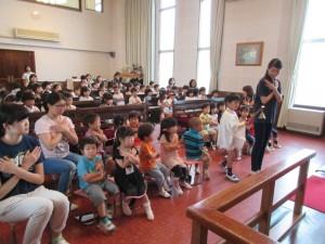 6月生まれのお誕生会の始まりは礼拝堂での礼拝からです。まず、ローソクに火が灯されます。