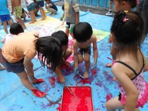 年中さんも水着で色水遊びです