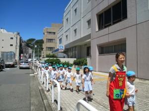 幼稚園までもどります。今日は暑いなあ。