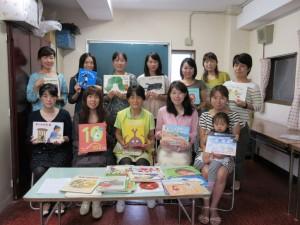 今回の参加者の集合写真です。たくさんの絵本もありますね。楽しそうです。