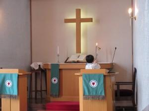 お誕生会はまず礼拝からです。当番の年長さんが祭壇のローソクに点火してくれます。
