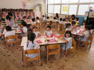 それぞれのクラスで、お祝いのおやつをいただきます。