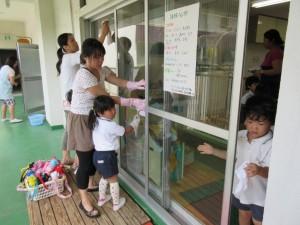 教室の窓ふき。ゴシゴシ。