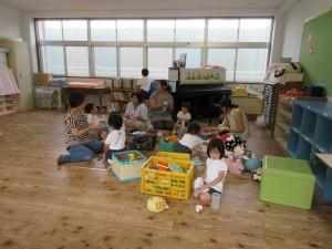 教室のおもちゃも感謝の意を込めて、丁寧に拭きます。