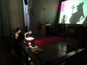 それから、礼拝堂で涼みながら、影絵を楽しみました。