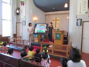8月は先生からの出し物でした。平和の絵本物語です。