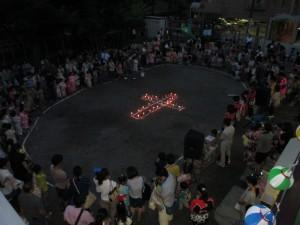 会の終わりは、ローソクの十字架を囲んで、感謝のお祈りをしました。