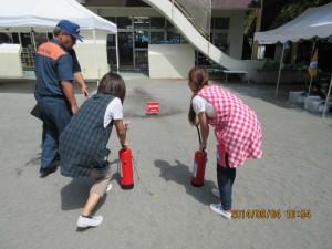 消防署の方のご指導により、教師は消火器使用の訓練をしました。