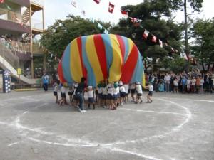 年長組のパラバルーンです。うまく気球が出来ました。
