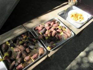 こんなにもたくさんの焼き芋。そして園庭の柿の実も一緒にいただきました!
