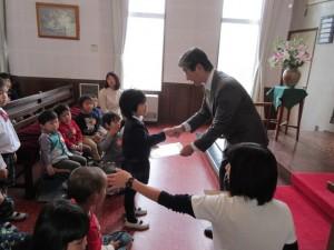 礼拝の後、一人一人に、成長感謝の色紙が、園長先生より手渡されます。