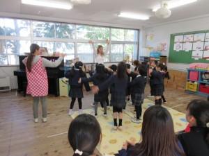 今日は、英語で遊ぼう!の日でもあります。保護者も一緒に楽しみました。