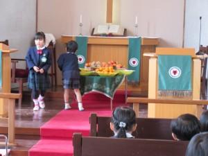収穫感謝礼拝のために収穫物を祭壇に飾ります。