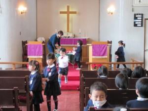 サンタプロジェクトの献金箱を礼拝の前に捧げます。