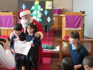サンタさんに感謝状を贈呈しました。