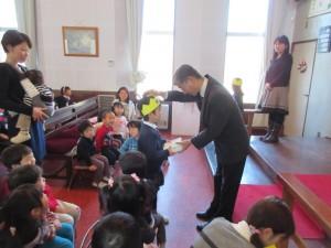 礼拝の中で、園長先生からプレゼントをいただき、祝福を受けます。
