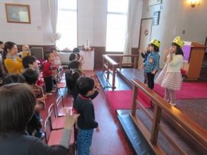 礼拝後は、それぞれの学年の誕生者が感謝の出し物をします。年少さんです。