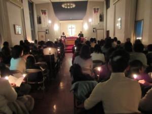 夕方5時からは恒例のローソク礼拝です。それぞれのローソクに火を分け合って点火されます。
