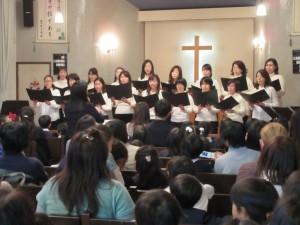 礼拝の後は、保護者合唱サークルの皆さんによる賛美奉仕です。これも、恒例になっています。今回は、OG?の方々も参加して下さいました。