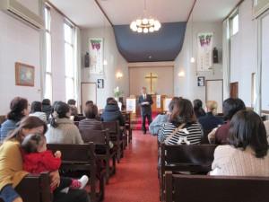 礼拝の後は、保護者の皆さんが園長から三学期の歩みについてお話を聞きました。