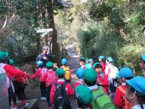 鎌倉駅から源氏山に登る途中、急坂と普通坂の二手に分かれ、子供たちはそれぞれどちらかを選択します。