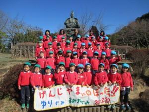 源氏山の頼朝像の前で、記念写真です。