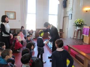 誕生者は園長先生を通して神様からの祝福を受けます。