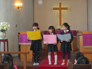 東日本大震災被害者のためにも礼拝を守った後、年長組から年中組へのお仕事の引き継ぎをしました。