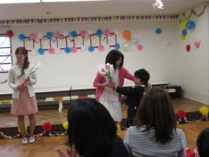 担任の先生に感謝の花束を、一人ひとりが差し上げました。