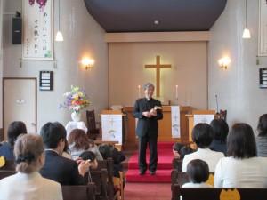 入園式の礼拝では、園長先生から聖書の話を聞きます。