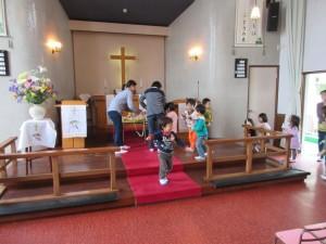 イースターエッグを礼拝堂の祭壇に飾ります。