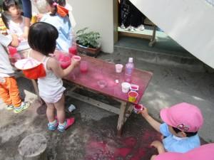年中さんも、そっと色水を拝借しています。