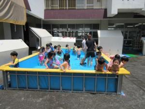 久しぶりの晴天。そして今年最後のプール遊び。年中、年少さんは目いっぱい楽しみました!