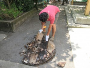 キャンプファイヤーの材木作りです。