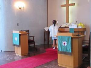 お誕生会の始まりは礼拝からです。アコライト当番の年長さんがローソクに点火します。
