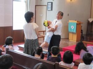 礼拝の中で誕生者は園長先生にハグしてもらいます。