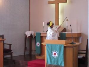 礼拝の最後にローソクが消灯されます。