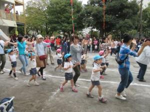 親子フォークダンスです。お父さん、お母さん、大好き!