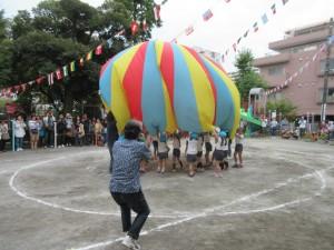年長さんのパラバルーン。気球が大成功!