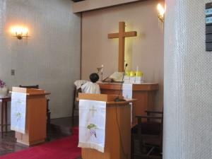 お誕生会の礼拝の始まりです。当番の年長さんが祭壇のローソクに点灯します。