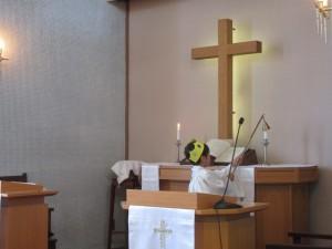 礼拝の最後は、祭壇のローソクが消灯されます。