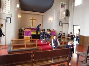 収穫感謝礼拝の前に、持ち寄ったミカンを祭壇に捧げます。