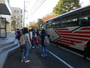 さあ、バスに乗って野毛山動物園に出発だー!