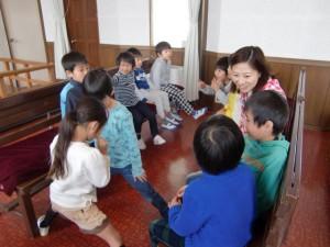 最後に、礼拝堂で、それぞれの学校のことなどを披露しあいました。なお先生も一緒です。